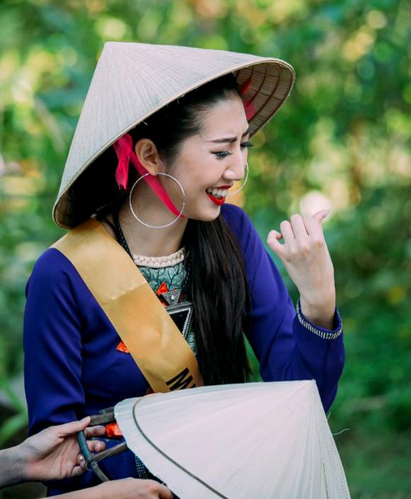Miss Grand International 2017: Hoa hậu thích thú học gói bánh lọc Quảng Bình ảnh 12