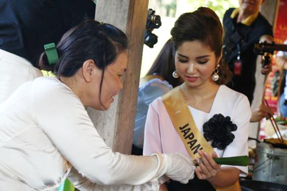 Miss Grand International 2017: Hoa hậu thích thú học gói bánh lọc Quảng Bình ảnh 6