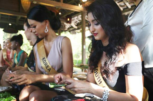 Miss Grand International 2017: Hoa hậu thích thú học gói bánh lọc Quảng Bình ảnh 4
