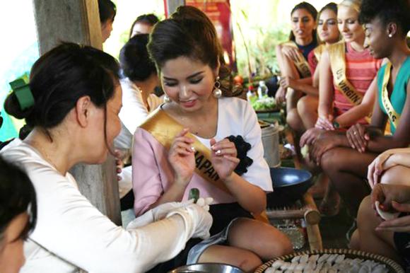 Miss Grand International 2017: Hoa hậu thích thú học gói bánh lọc Quảng Bình ảnh 1