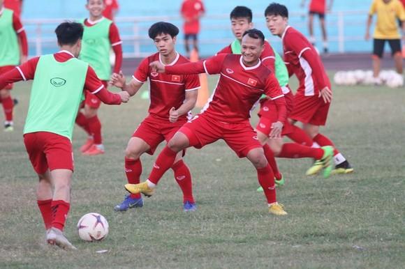 Đội tuyển Việt Nam thả lỏng trên sân Chao Anouvong ảnh 2