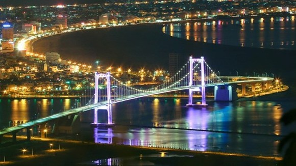 Da Nang at night. The city plans to install a LED lighting system on many streets. (Photo: VNA)