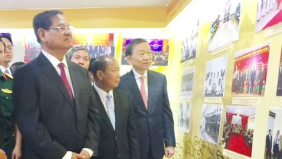 Leaders of Vietnam, Laos and Cambodia attend the opening ceremony of the exhibition. (Photo: Sggp)