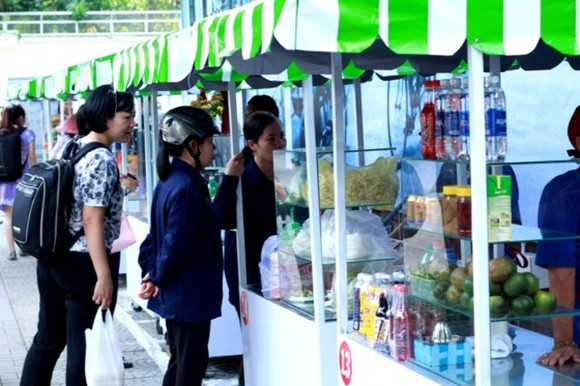 The street food area includes about 20 booths. (Photo: Sggp)