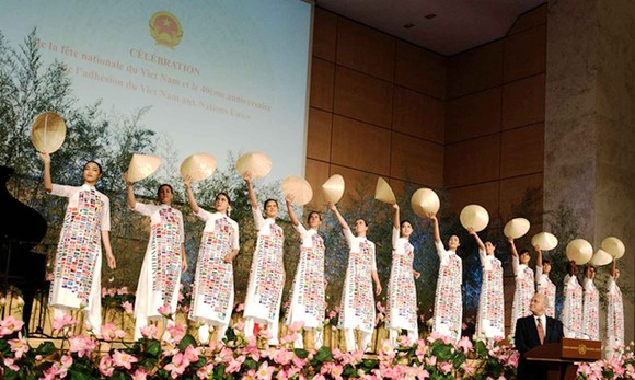 Brocade Ao Dai presented in Geneva