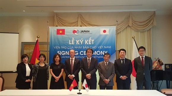 apanese Ambassador to Vietnam Kunio Umeda (fourth from right) and representatives of grassroots human security projects in Vietnam at the signing ceremony (Photo: VNA)