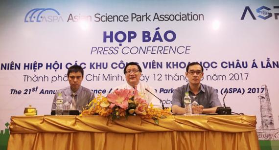 Head of the Saigon Hi-Tech Park Management Board Le Hoai Quoc (centre) at the press conference. (Photo: sggp.org.vn)