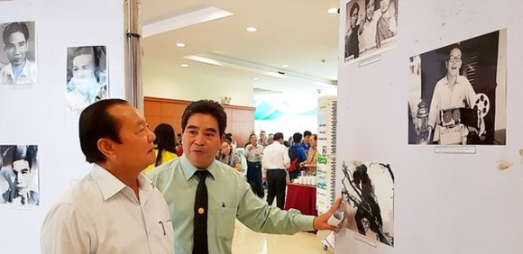 Former Secretary of the municipal Party Committee Le Thanh Hai (L) enjoys pictures in the exhibition. (Photo: Sggp)