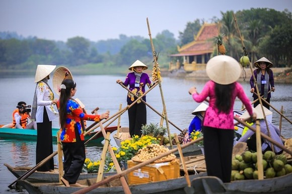 "A highlight of the ""Great National Unity – Vietnam's Cultural Heritage"" Week is the re-enactment of the culture of Cai Rang floating market (Photo: VNA)"