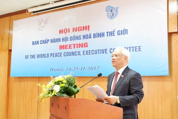 National Assembly Vice Chairman Uong Chu Luu, who is also Chairman of the Vietnam Peace Committee, addresses the meeting (Photo: http://thoidai.com.vn)