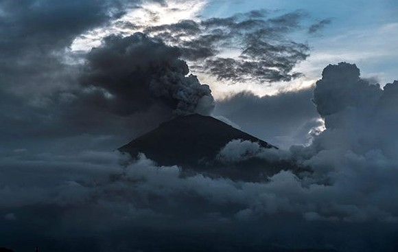 A view of the Mount Agung volcano erupting (Photo: Reuters)
