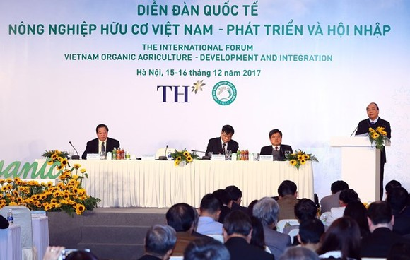"""Prime Minister Nguyen Xuan Phuc delivers a speech at the international forum """"Vietnam Organic Agriculture – Development and Integration"""" in Hanoi on December 16 (Photo: VNA)"""