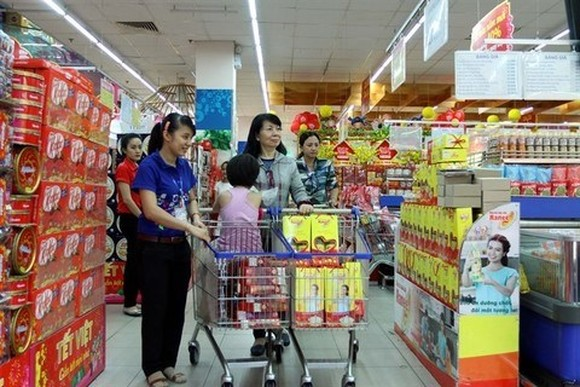 Customers shop for goods at Co.opmart Ly Thuong Kiet Supermarket in HCM City.(Photo: VNA)