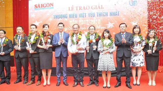 Representatives of businesses receive 'Favorite Vietnamese Brand Names 2017' awards. (Photo: Sggp)