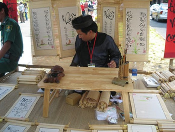 A calligrapher in a spring festival on Tet holidays (Photo: KK)