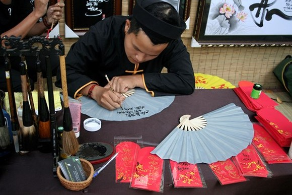 HCM City's calligraphy street for Tet has been held for 12 consecutive years.  (Photo: Sggp)