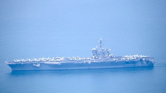 The USS Carl Vinson aircraft carrier entering Tien Sa Port (Photo: Sggp)