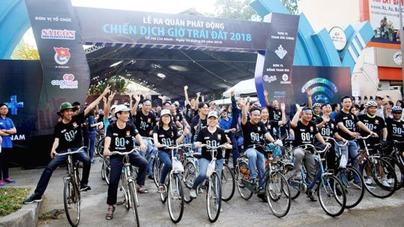 After the launching ceremony, thousands of youth participate in a bicycle parade supporting Earth Hour 2018. (Photo: sggp)
