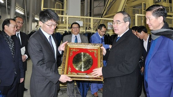 Secretary of HCMC Party Committee Nguyen Thien Nhan presents gifts to the Management Board of the Metropolitan Area Outer Underground Discharge Channel. (Photo: Sggp)