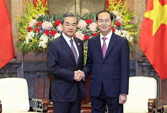 President Tran Dai Quang (R) and Foreign Minister of China Wang Yi (Source: VNA)
