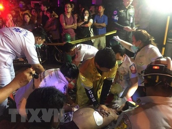Giving first aid to victims in the fire. (Source: the Nation / VNA)