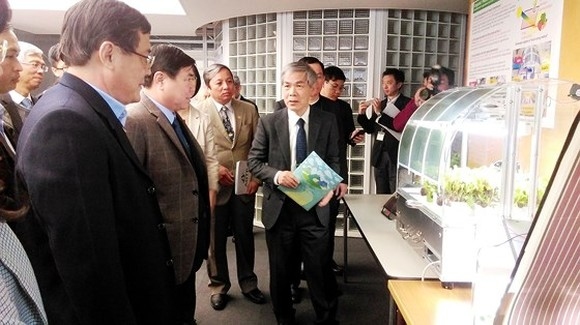 Chairman of the People's Committee of Ho Chi Minh City, Nguyen Thanh Phong visits Tokyo University of Science in Suwa.  (Photo: Sggp)