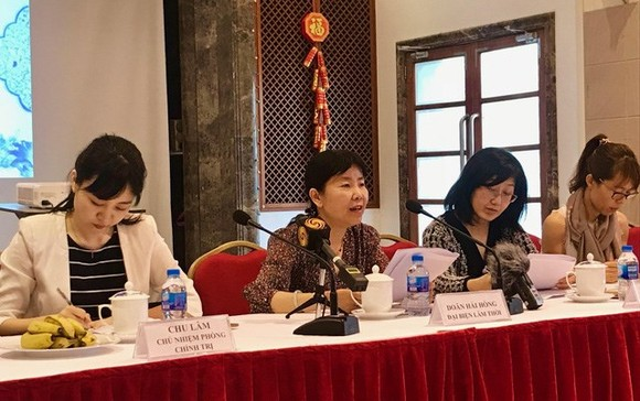 Charge d'affaires of the Chinese Embassy in Vietnam Yin Haihong (second, left) speaks at the meeting (Source: tuoitre.vn)