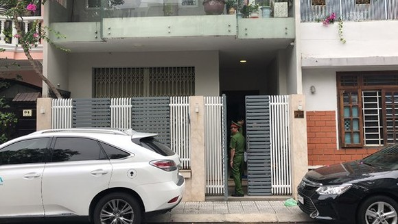 Police raid Van Huu Chien's home in Danang city. (Photo: Sggp)