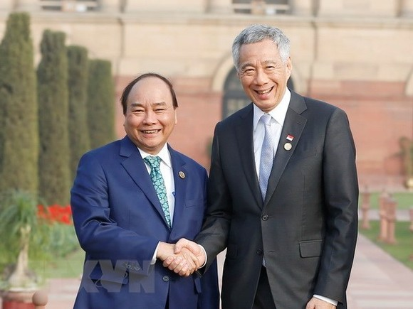 Prime Minister Nguyen Xuan Phuc (L) shakes hands with Singaporean PM Lee Hsien Loong (Photo: VNA)