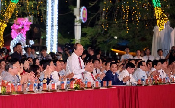 Prime Minister Nguyen Xuan Phuc attends the opening ceremony of the festival. (Photo: VGP)