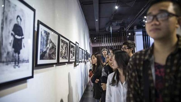 Young audiences at an art exhibition by the British Council at the Hanoi Old Quarter Cultural Exchange Center. (Photo: British Council)