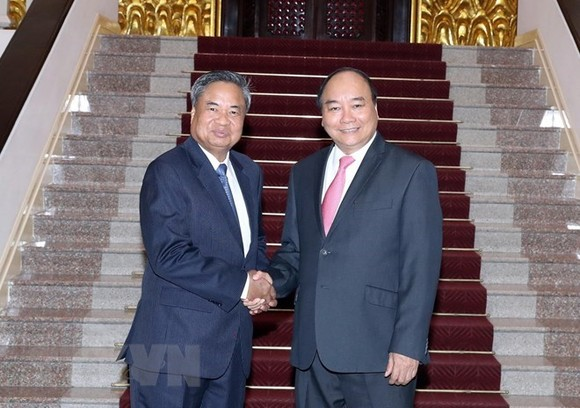 Prime Minister Nguyen Xuan Phuc (R) and Chansy Phosikham, head of the Lao People's Revolutionary Party (LPRP) Central Committee's Organisation Commission. (Source: VNA)