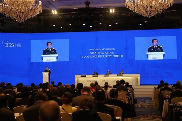 "Defence Minister Ngo Xuan Lich delivers the first remarks at the third plenary session themed ""Shaping Asia's Evolving Security Order"" on the second day of the 17th Shangri-La Dialogue in Singapore. (Photo: VNA)"