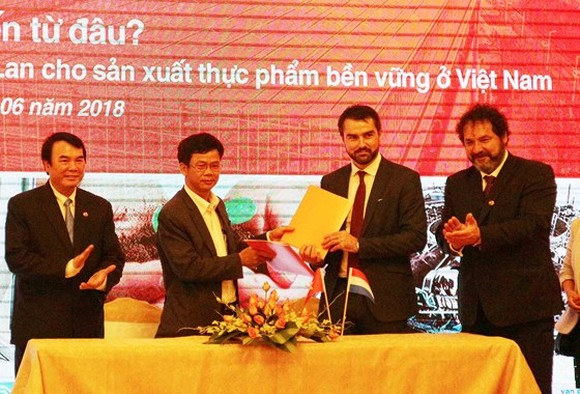The provincial Departmentof Agriculture andRural Development and Rijk Zwaan Viet Nam Limited Liability Company sign a memorandumof understanding (MoU) onagriculture cooperation. (Photo: Sggp)