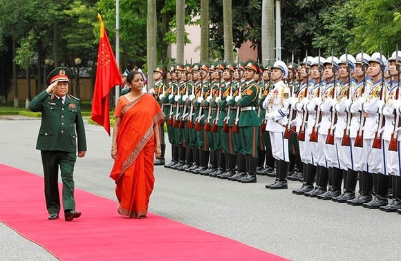 Defence Minister General Ngo Xuan Lich (L) and his Indian counterpart Nirmala Sitharaman review the guard of honour in Hanoi on June 13 (Photo: VNA)