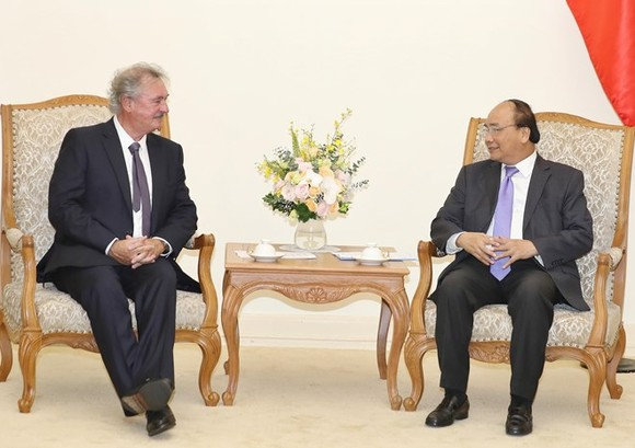 Prime Minister Nguyen Xuan Phuc (R) receives Jean Asselborn, Minister of Foreign and European Affairs of Luxembourg in Hanoi on June 14 (Photo: VNA)