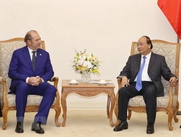 Prime Minister Nguyen Xuan Phuc (R) and Philippe Donnet, Director General of the Italian life insurance group Generali (Photo: VNA)