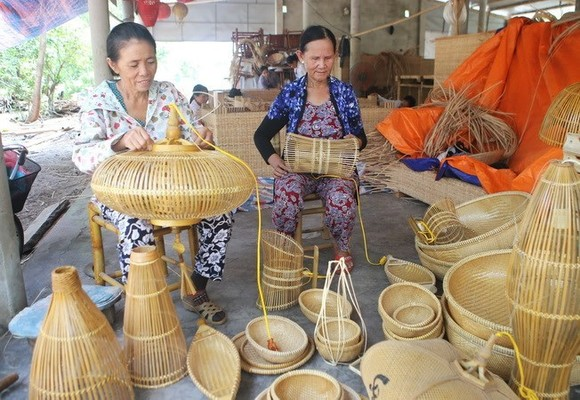Producing craft products in Thuy Lap commune, Thua Thien-Hue (Photo: VNA