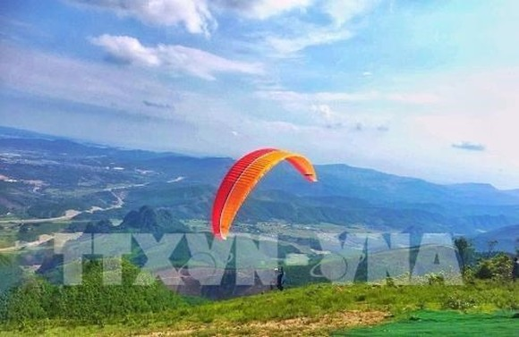 A paragliding contest kicks off in Hoanh Bo mountainous district of northern Quang Ninh province (Source: VNA)