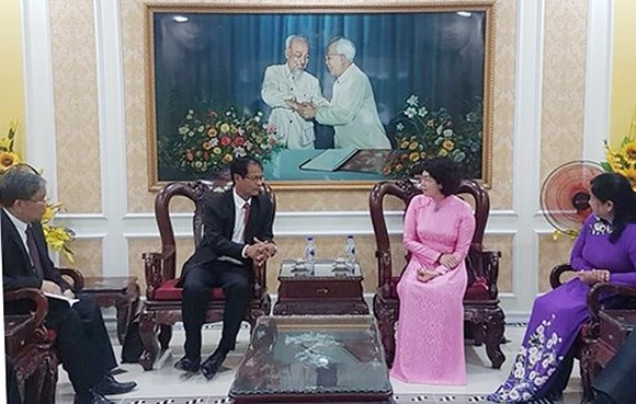 President of the Vietnam Fatherland Front's Ho Chi Minh City chapter To Thi Bich Chau (R) and President of the Lao Front for National Construction's Champasak provincial chapter Sithon Keophouvong