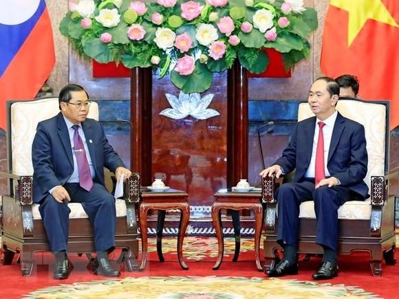 President Tran Dai Quang (R) receives Lao National Assembly Vice Chairman Sengnouane Xayalath (Photo: VNA)