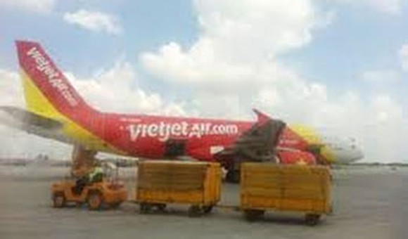 The first direct flight from Daegu in South Korea to Da Nang City operated by the budget carrier Vietjet lands in Da Nang International Airport. (Photo: KK)