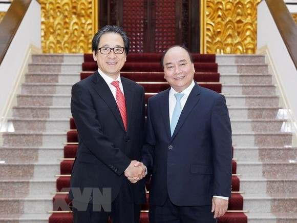 M Nguyen Xuan Phuc (R) and Hiroyuki Ishige, Chairman and CEO of the Japan External Trade Organisation (Photo: VNA)