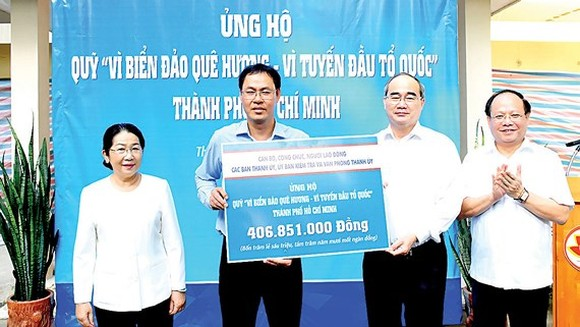 """More than VND406 million (US$17,600) is handed over to the """"Fund for Vietnam sea, island – the Border guard force""""."""