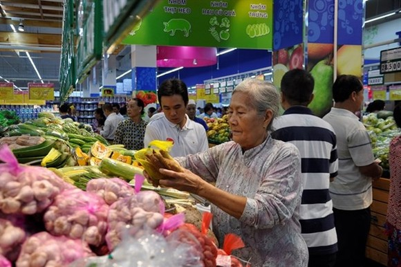 Consumers shop at a supermarket in HCM City (Photo: VNA)