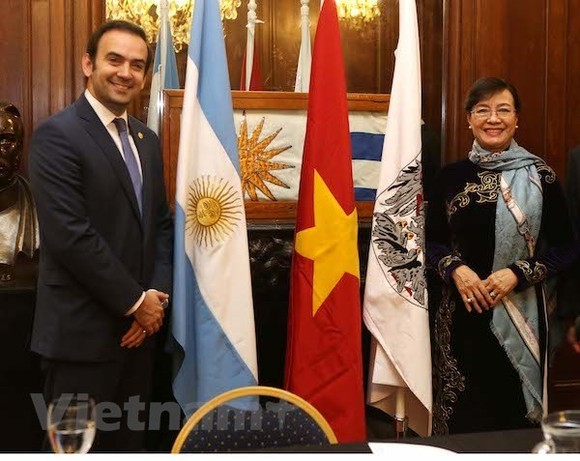 Chairwoman of the HCM City People's Council Nguyen Thi Quyet Tam (right) and first Vice President of the Legislature of Buenos Aires city Javier Francisco Quintana. (Source: VNA)