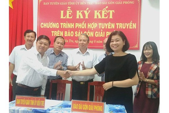 The Department of Propaganda and Training of the Ben Tre province Party Committee and the Saigon Giai Phong Newspaper sign a media cooperation agreement.  (Photo: Sggp)