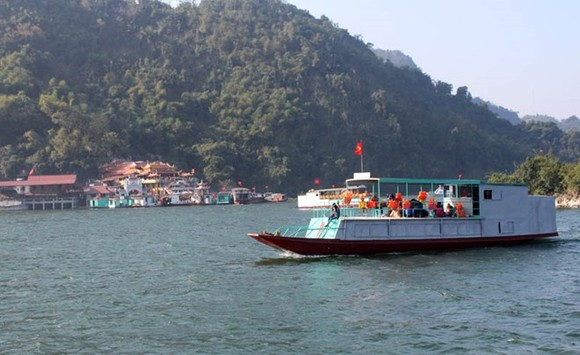 A tourists' boat on Hoa Binh Lake (Photo: baohoabinh.com.vn)