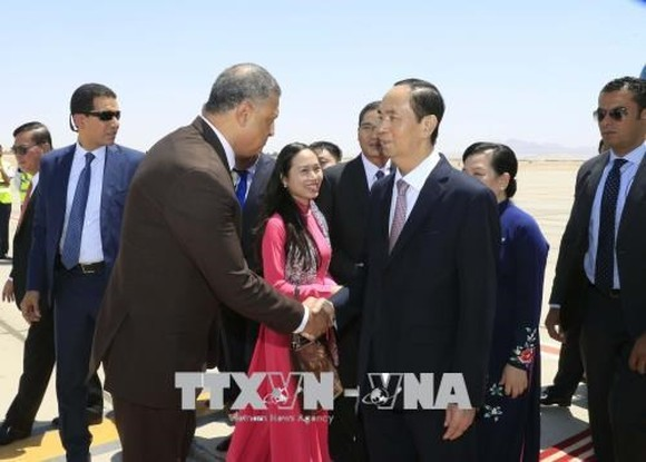 President Tran Dai Quang is welcomed at the airport by authorities of Luxor (Photo: VNA)