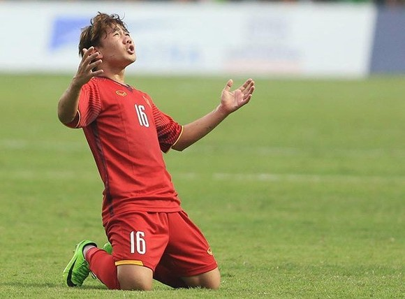 Vietnam's exemplary free kick in the 70th minute saw Tran Minh Vuong, 16, make history by scoring a goal during his very first Asian Games match. (Source: VNA)